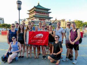 Backpacking China Reisegruppe vor Tempel
