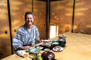 Tisch mit Essen und Person in traditioneller Kleidung in Nara Japan