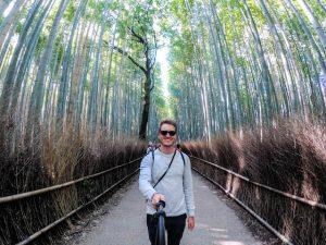 Person mit Selfie im Bambuswald in Kyoto