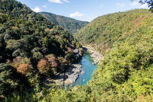Ausblick vom Arashiyama Park hinter dem Wald auf Katsura Fluss