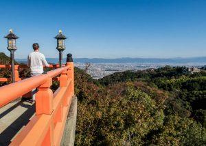 Blick auf Landschaft von Terrasse in Nara