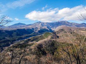 Landschaft um Nikko mit blauen Himmel und Bergen