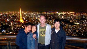 Aussichtsplattform mit vier Menschen bei Nacht in Tokio