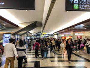 Ankunft Japan am Bahnhof in Eingangshalle mit Menschen