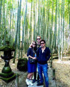 Drei Personen im Bambuswald