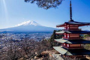 Blick auf den Fuji Vulkan Japan mit Pagode davor
