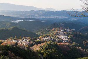 Blick vom Berg auf Yoshino mit gefärbtem Laub