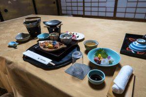 Abendessen auf Tisch im Ryokan in Nara