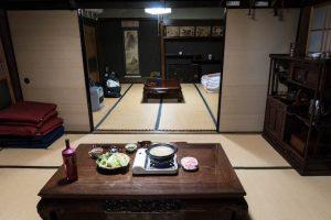 Traditionelle japanische Wohnung mit Tisch und Essen