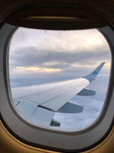 Blick aus Fenster vom Flugzeug
