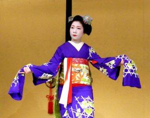 Geisha performt mit offenen Armen