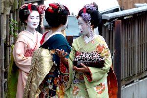 Geishas auf Straße in Kyoto