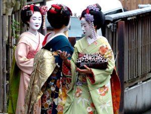 Drei Geishas in Straße