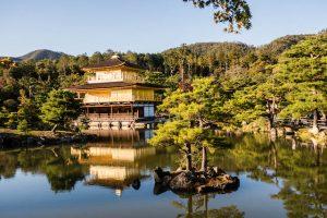 Der goldene Tempel Kyoto von vorne mit Teich