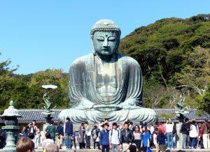 Großer Buddha von Kamakura mit Menschen davor