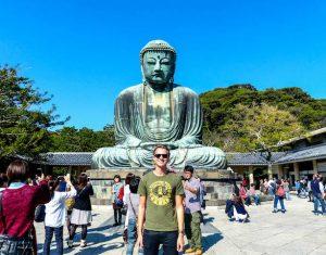 Personen vor dem großen Buddha Kamakura