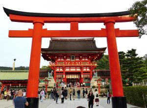 Eingangstor zum orangenen Heinan Schrein