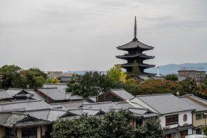 Blick auf Kyoto mit herausragender Yasaka Tower Pagode
