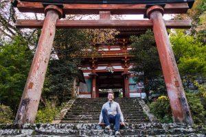 Japan Reise planen mit Person vor rotem Torii Bogen