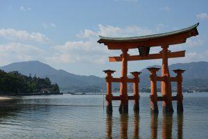 Itsukushima-Schrein Torii Tor im Meer
