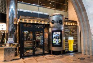 Bar von außen mit Bier
