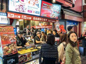 Straßenessen bei Nacht in japan