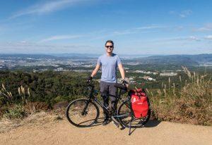 Person mit Fahrrad auf Aussichtspunkt