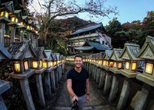 Reiseführer Japan zur Tempelanlage mit Laternen und Person