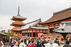 Vorderseite des Kiyomizu-dera Tempels mit Pagode und vielen Menschen