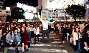 Shibuya belebte Kreuzung bei Nacht mit Personen