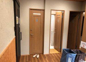 Eingangstür zum WC in Japan mit Schuhen