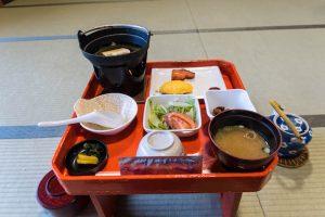 Frühstück in Japan mit verschiedenen Schalen auf kleinem Tisch
