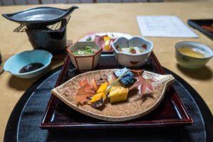 Kaiseki-Ryori Essen auf Tisch im Ryokan