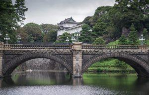 Fluss und Brücke am Kaiserpalast Tokio