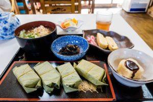 Kakinoha Sushi als Besonderheit der japanischen Küche auf Teller