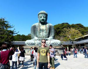 Großer Buddha mit Menschen in Kamakura als Reiseziel in Japan