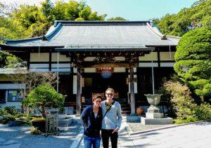 Zwei Personen vor Hokoku-ji Tempel