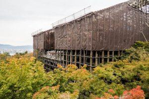 Blick auf hölzernen Kiyomizu-dera Tempel mit Bäumen davor