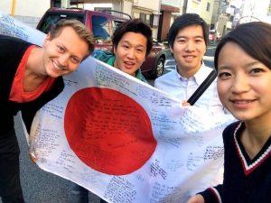 Vier Personen mit japanischer Flagge