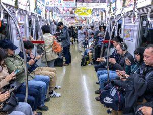 Im Zug in Osaka mit Menschen