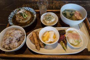 Mittagsmenü mit verschiedenen Speisen und Essen in Japan
