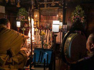 Morgenzeremonie der Mönche mit Feuer