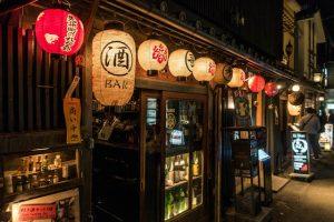 Nachts vor Gebäude mit Laternen in Japan