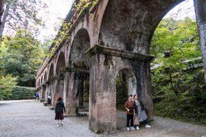 Steinbrücke mit Bögen