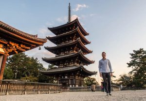 Packliste Japan - Person mit Hemd in Nara