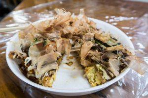 Okonomiyaki auf Teller als Japanisches Gericht