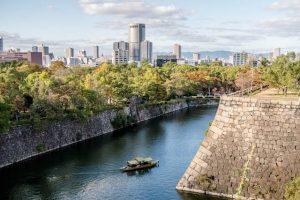 Blick von der Osaka Castle auf die Stadt mit Graben