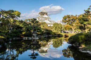 Blick auf Osaka Burg mit Teich