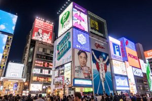 Werbereklamen in Osaka bei Nacht