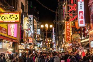 Beleuchtete Straßen in Dotonbori Osaka